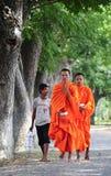 Aumône de marche de matin de jeunes moines asiatiques image stock