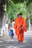 Aumône de marche de matin de jeunes moines asiatiques photos stock
