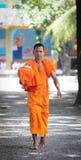 Aumône de marche de matin de jeunes moines asiatiques images stock
