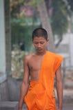 Aumône de marche de matin de jeunes moines asiatiques image libre de droits