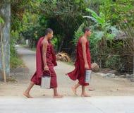 Aumône de marche de matin de moines birmans images stock
