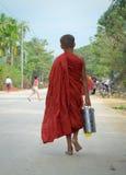 Aumône de marche de matin de moines birmans photos libres de droits
