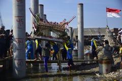 Aumône de mer en tant qu'étant pêcheurs Tambaklorok Semarang de gratitude images stock