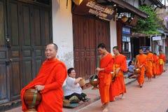 Aumône donnant la cérémonie dans Luang Prabang, Laos photographie stock libre de droits