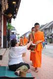 Aumône donnant la cérémonie dans Luang Prabang, Laos images libres de droits