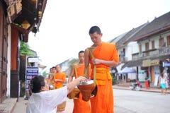 Aumône donnant la cérémonie dans Luang Prabang, Laos image stock