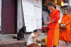 Aumône donnant la cérémonie dans Luang Prabang, Laos photographie stock