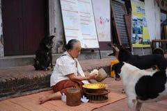 Aumône donnant la cérémonie dans Luang Prabang, Laos images stock