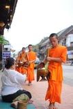 Aumône donnant la cérémonie dans Luang Prabang, Laos photos libres de droits