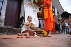 Aumône donnant la cérémonie dans Luang Prabang, Laos photo stock