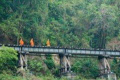 aumône sur des voies ferrées photos stock
