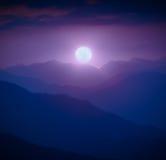 Aumentação da Lua cheia acima do vale da montanha Imagem de Stock Royalty Free