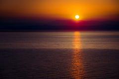 A aumentação Sun sobre o mar Fotografia de Stock Royalty Free