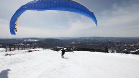 Aumenta el ala de la vela del ala flexible Él comienza a sacar, se rompe lejos de la tierra, corre lejos Paragliding adentro almacen de video