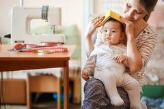 Aumentando crianças, puericultura, baby-sitter de bebê Mãe e infante em casa que jogam jogos de interpretação de personagem Paren Imagens de Stock