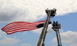 Aumentando la bandera, el 4 de julio desfile, Saratoga Springs, Nueva York, 2013 Foto de archivo libre de regalías