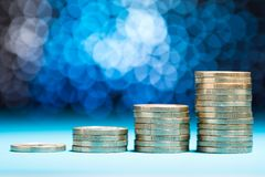Aumentando a pilha de moedas Fotos de Stock Royalty Free