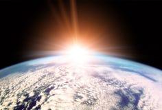 Aumentação Sun sobre o horizonte da terra Imagens de Stock Royalty Free