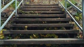Aumentar ao longo da escadaria velha isso conduz ao castelo video estoque