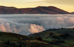Aumentar nubla-se no campo montanhoso antes do alvorecer imagem de stock royalty free
