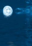 Aumentare della luna piena Immagine Stock