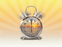 Aumentare di primo mattino concettuale con alba dentro una sveglia analogica con lo sprazzo di sole illustrazione vettoriale