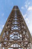 Aumente la pierna de la plataforma petrolera con el cielo azul cuando casi completamente para arriba fotografía de archivo libre de regalías