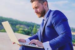 Aumente las extremidades en línea de las ventas de las tarifas Correos electrónicos de Internet o de la contestación del hombre d fotografía de archivo