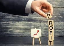 Aumente los beneficios y el fondo de inversión Concepto de éxito empresarial, de crecimiento financiero y de riqueza Aumento sala imágenes de archivo libres de regalías