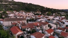 Aumenti su sopra i tetti rossi del villaggio autentico nel Cipro centrale archivi video