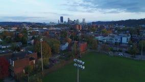 Aumento aereo di autunno di sera che stabilisce l'orizzonte di Pittsburgh del colpo archivi video