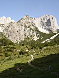 Aumento alla capanna \ Gruttenhuette alpini \ Fotografie Stock Libere da Diritti