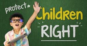 Aumento che della compressa della tenuta del ragazzo la sua mano su per i bambini radrizza Fotografia Stock Libera da Diritti
