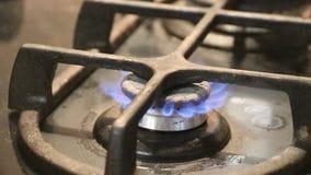 Aumento de la llama en el cierre de la cocina de gas del cooktop de la cocina para arriba en la llama almacen de metraje de vídeo