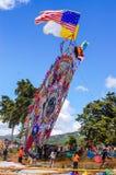 Aumento de una cometa gigante con las banderas, el Día de Todos los Santos, Guatemala Foto de archivo libre de regalías
