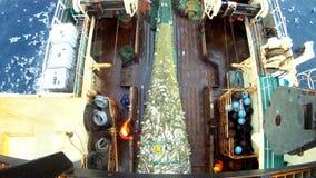 Aumento de una red completa en el barco rastreador de la pesca Pesca de un bacalao Gopro metrajes