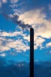 aumento del fumo da una pila fotografie stock