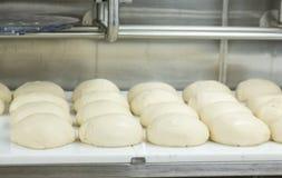 Aumento del pane nella cucina commerciale Immagini Stock Libere da Diritti