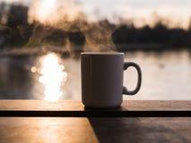 Aumento del vapore dalla tazza da acqua Immagini Stock Libere da Diritti