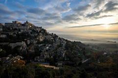 Aumento del villaggio della collina dalle nuvole Fotografia Stock Libera da Diritti