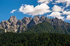 Aumento della cresta della montagna sopra la foresta Fotografia Stock