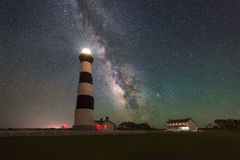 Aumento della galassia della Via Lattea dietro Bodie Island Lighthouse fotografie stock