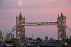 Aumento della luna al ponte di Londra Immagine Stock