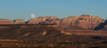 Aumento della luna piena Fotografie Stock