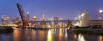 Aumento della luna piena a Cleveland Fotografia Stock