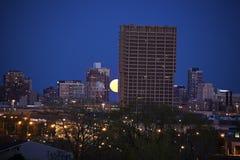Aumento della luna piena dietro la costruzione di UIC in Chicago Fotografia Stock Libera da Diritti