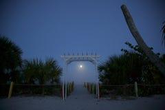 Aumento della luna piena sopra l'oceano Fotografia Stock Libera da Diritti