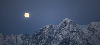 Aumento della luna piena sopra le alpi di Lyngen in Norvegia del Nord Fotografia Stock Libera da Diritti