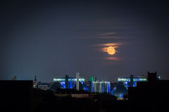 Aumento della luna sopra un impianto per il trattamento delle acque Fotografie Stock Libere da Diritti