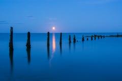 Aumento della luna sul filo di Pilmore Fotografia Stock